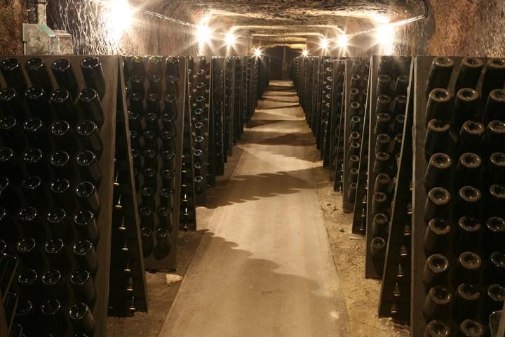 De kalkstenen gewelvenkelder waar de mousserende wijnen rijpen.